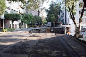 Foto Reforma por César Cifuentes, terrible hoyo por obras irregulares.